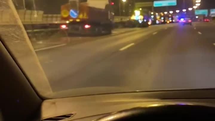 Парень на легковушке влетел в грузовик в левой полосе на 32 км внутренней стороны КАД, перед съездом...