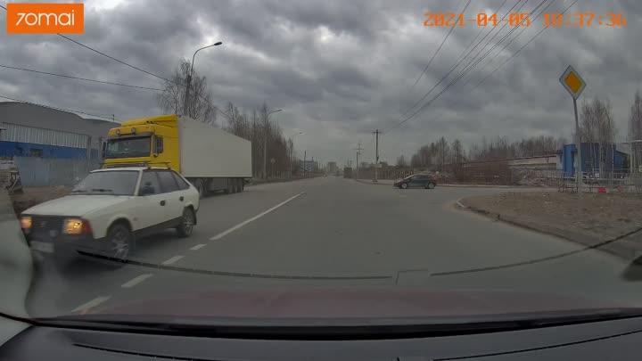Чуть не вбадал автомобиль. Пилот что такое зеркала явно не слышал(а)