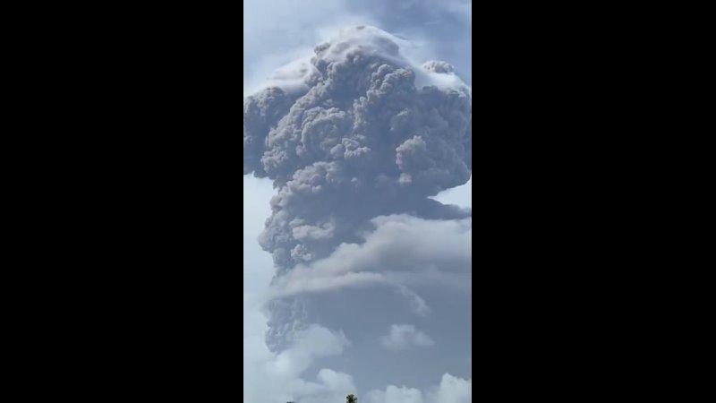 Мощнейшее извержение вулкана Суфриер Выброс пепла на высоту до 15 км остров Сент Винсент 9 04 2021