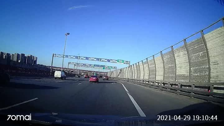 Сегодня водитель Renault Логана в оклейке VK такси чуть не проехал съезд на Октябрьскую набережную, и и...