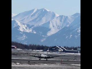 DC-6 авиакомпании Everts Air взлетает из аэропорта Анкориджа на Аляске