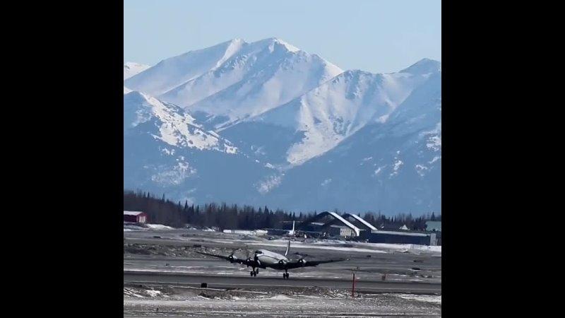 DC 6 авиакомпании Everts Air взлетает из аэропорта Анкориджа на Аляске