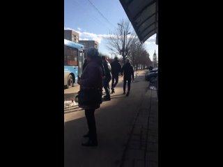 Пассажир разбил стекло общественного автобуса