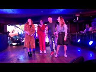 Максимиллианс Самара.🔥🔥🔥Концерт Акулы, певицы Оксаны Почепы.На сцене танцует моя подруга Галюня, она в чёрной юбке.