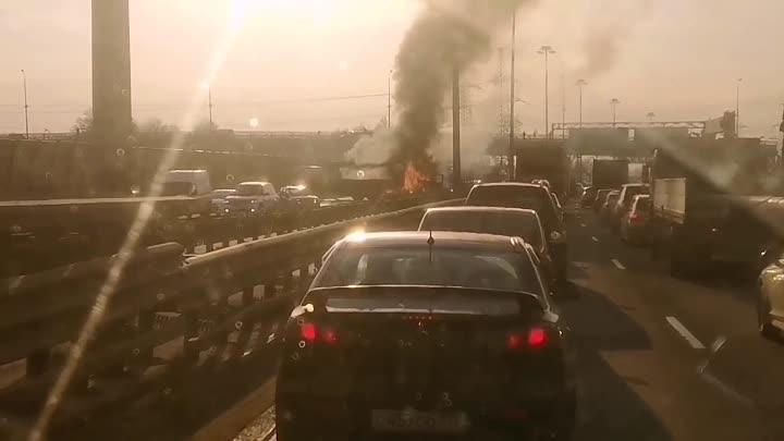 На внутренней стороне КАД, 800 метров после съезда на Шафировский проспект, столкнулись попутно фура...