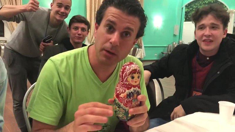 Клоун Катастрофа Андреа Феди приветствует театр студию Гастион