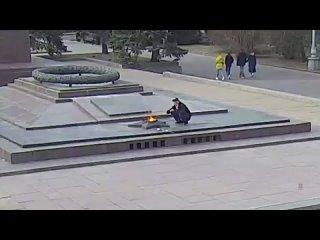 В Волгограде возбудили уголовное дело против прикурившего от Вечного огня мужчины.