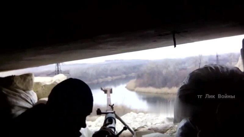 Военнослужащий республиканских сил с противотанковым ружьеат ведёт огонь украинским позициям