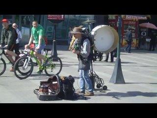 Человек-оркестр у метро Ладожская май 2015 (480p).mp4