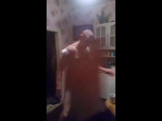 Долбоёб на вписке нарядился в женское платье и начал танцевать 🤡