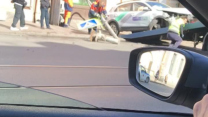 Очередной каршеринг сломал светофор на перекрёстке Садовой и Ломоносова