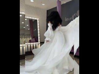 Ну, как можно не влюбиться 🥰 ♥️ .Это платье из воздушной органзы со съёмными рукавами покорило наши сердца ♥️ .👛 42000₽ В н