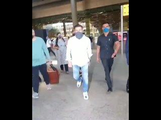 Санни Деол в аэропорту.