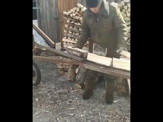 Ноу-хау по-деревенски👍В РТ мужчина из подручных материалов соорудил станок для колки дров.  Не Илон, а Ильнур ¯\_(ツ)_/¯