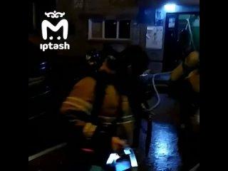 Казанский пожарный успокаивает спасённого ребёнка