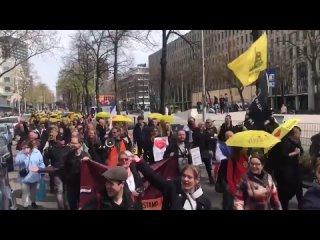 Manifestation contre les restrictions sanitaires à Rotterdam aux Pays-Bas, Hier (Samedi 24/4/21).