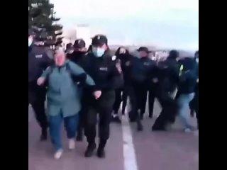 Трое полицейских понадобились, чтобы задержать пенсионерку на акции в Улан-Удэ