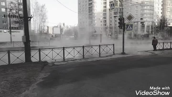 На пр .Художников дорожники моют дорогу горячей водой)