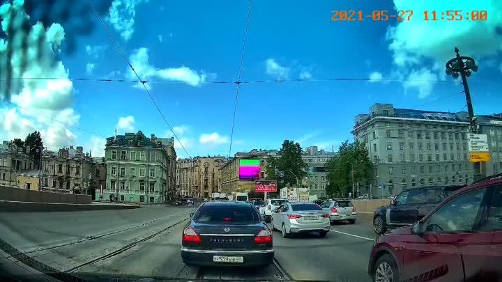 Nissan President решил не ждать зеленого сигнала светофора и ушел по встречке на красный, чуть не сб...