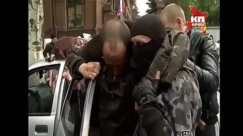2 мая 2014 года ополченцы оказывают первую медицинскую помощь сбитому карателю с Ми-24