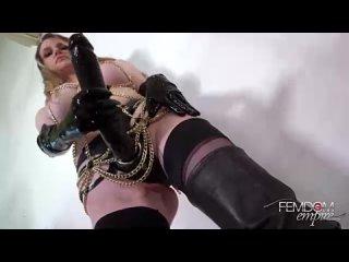 страстная госпожа насадила задницу раба на страпон