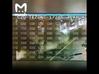 В Мехико мост рухнул под поездом, 15 жертв -