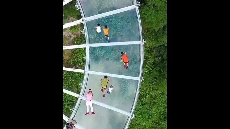 Китайский мост похож на две скрещенные теннисные ракетки, подвешенные в воздухе