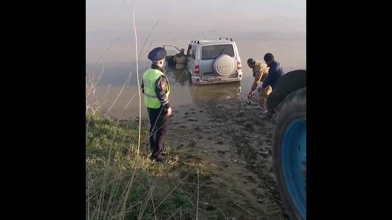 Житель Алтайского края пытался переехать реку и едва не утонул вместе с машиной