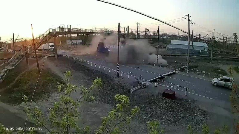 Пьяный дальнобойщик везущий груз из Барнаула снёс будку дежурного по железнодорожному переезду на Урале Инцидент Барнаул