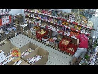 Мужчина ворует продукты в магазине Красноярска