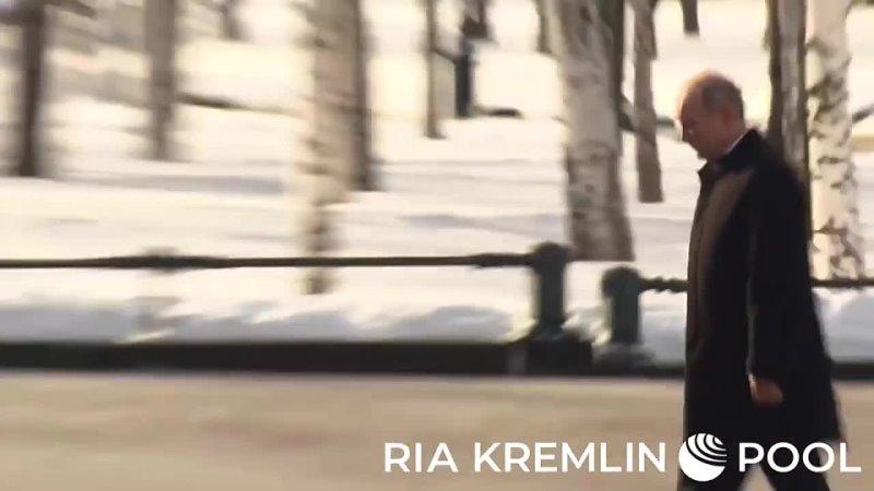 Путин возложил венок к Могиле Неизвестного солдата у Кремлёвской стены в Александровском саду
