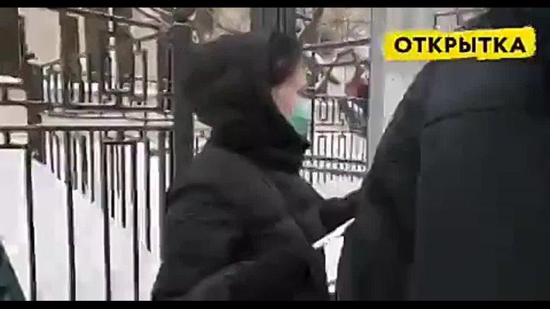 На Арбате женщины выстроились в цепь солидарности и растянули белую ленту