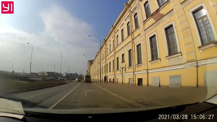 Дама на кроссовере проехала поворот с Пироговской набережной на Литейный мост, но нашла выход из сит...