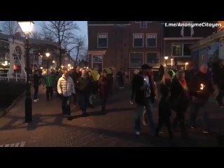 Marche aux flambeaux hier soir à Alkmaar aux Pays-Bas contre les restrictions