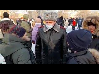 Полицейский и Мирошникова беседуют с детьми