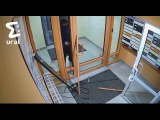 В Компрессорном мужчина выломал дверь в подъезд
