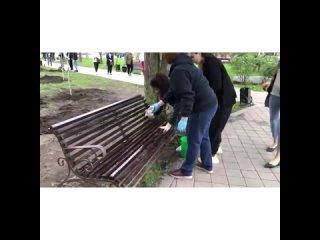 В центральном сквере Черкесска, как и во всей стране, прошел масштабный субботник. Волонтеры, партийные активисты, депутаты ра