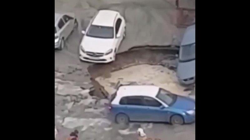 В Петербурге у ТРК «Меркурий» из-за прорыва трубы открылся портал ад и засосал 3 машины