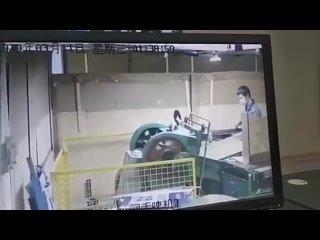 Рабочий в Китае зачем то полез убрать мусор из станка, когда тот был включен.