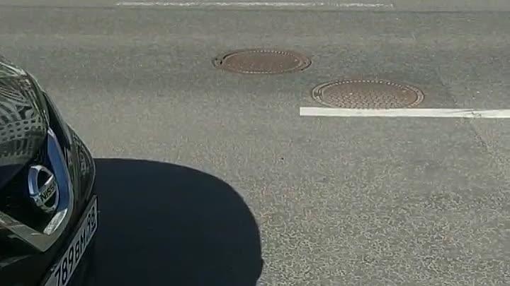 На проспекте Луначарского 106 со стороны парка при наезде машин скачет люк!