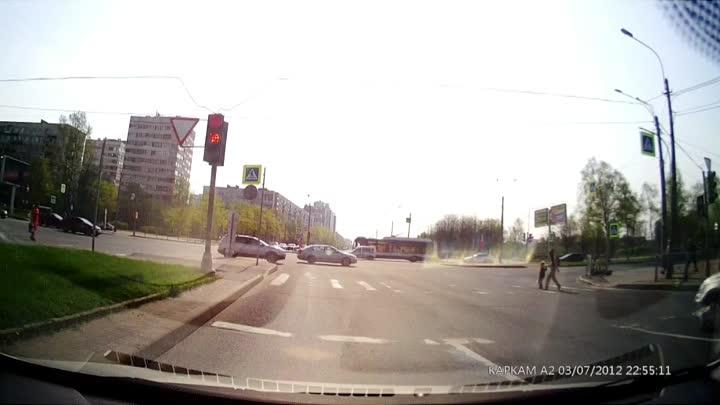 В 9.30 на пересечении Луначарского и Светлановского столкнулись легковушки. Все живы, но травмы есть...
