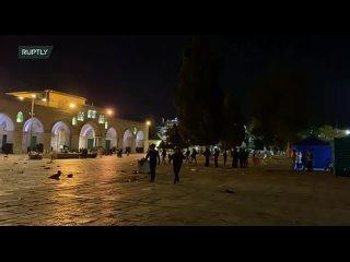 Израильский полицейский напал на оператора Ruptly, снимавшего беспорядки у мечети Аль-Акса в Иерусалиме, сообщает руководитель R