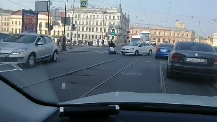 В 09:59 на перекрёстке набережной Фонтанки и Белинского сбили пожилую женщину на регулируемом пешехо...
