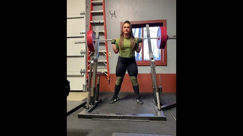 Аманда Лоуренс приседает 225 кг на 5 раз без экипы, вк до 84 кг