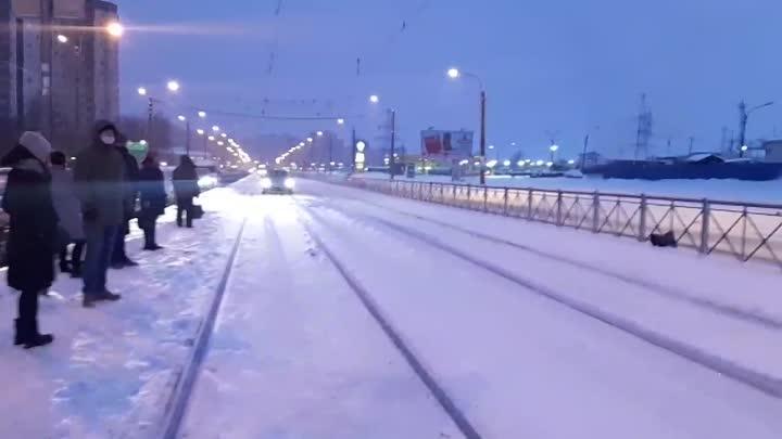 Сегодня утром ват такой красавец объехал пробку на Казакова по трамвайных путям. Впрочем дело уже пр...