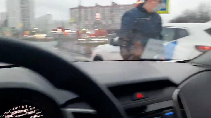 Старенькая легковушка подбила каршеринг на Коллонтай/Бадаева в 20:40 (правая полоса, в сторону Дальн...