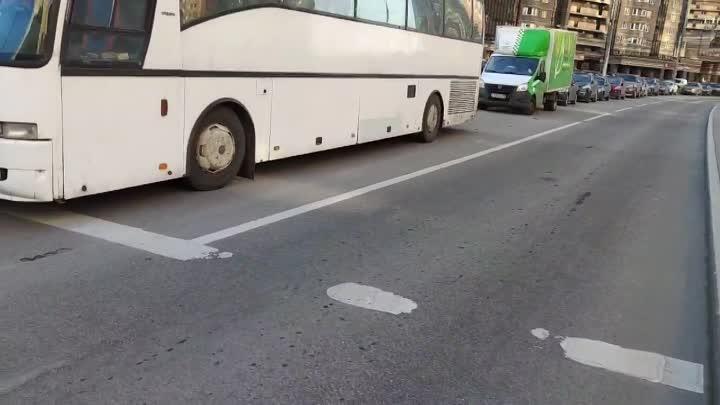 Автобус не первый раз неправильно паркуется, создавая опасность для пешеходов на переходе.