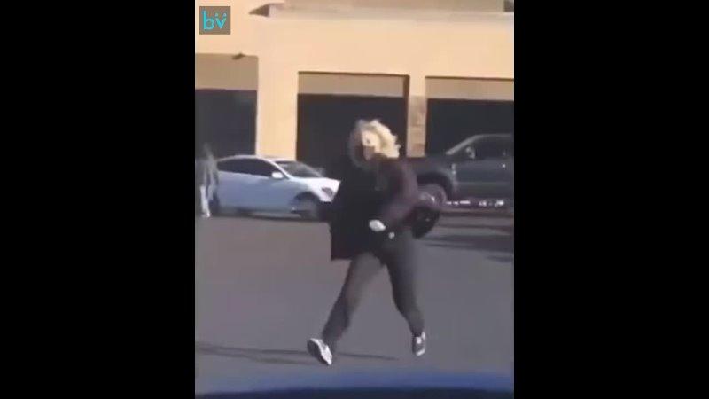 Парень всегда записывал на видео как встречает свою девушку с работы