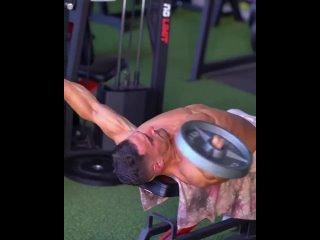 Тренировка грудных мышц и рук. 4 подхода, 8-10 повторений  Увеличивайте вес на каждом подходе