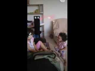 Мои сладкие доченьки Лиорочка и Натулечка играют вместе на съёмной квартире.